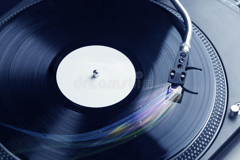 演奏与五颜六色的抽象线的音乐播放器乙烯基音乐 免版税图库摄影