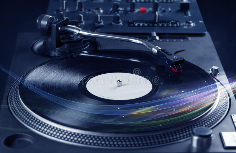 演奏与五颜六色的抽象线的音乐播放器乙烯基音乐 免版税库存图片