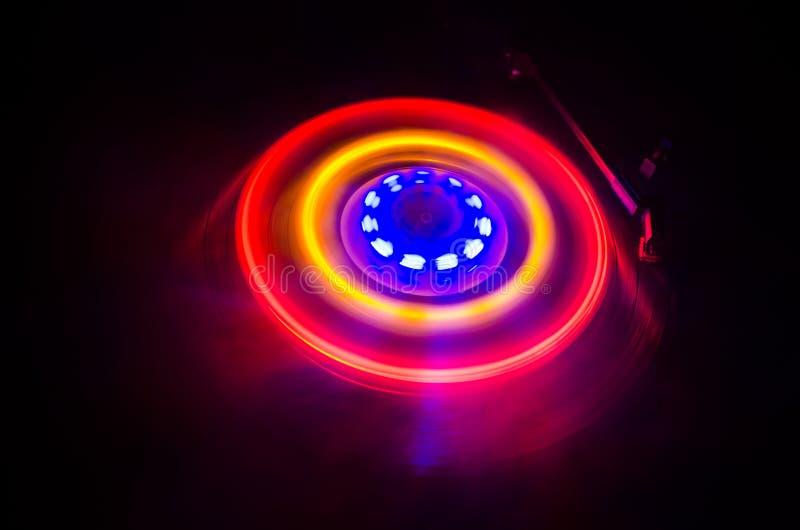 演奏与发光的抽象线概念的转盘乙烯基在黑暗的背景 选择聚焦 免版税图库摄影