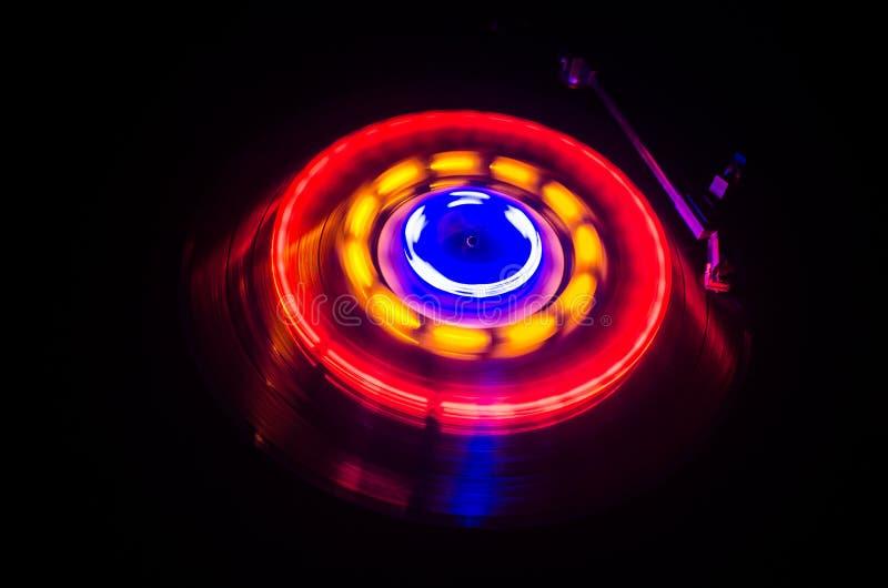 演奏与发光的抽象线概念的转盘乙烯基在黑暗的背景 选择聚焦 库存图片