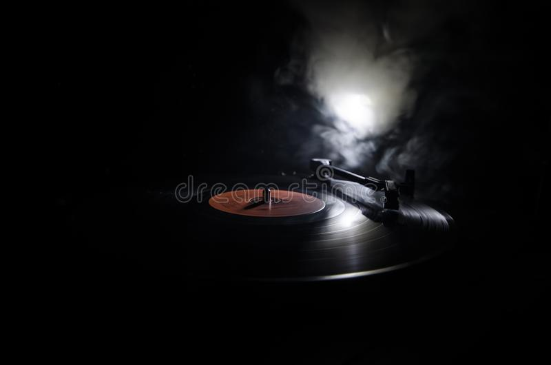 演奏与发光的抽象线概念的转盘乙烯基在黑暗的背景 选择聚焦 库存照片