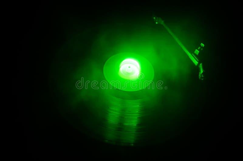 演奏与发光的抽象线概念的转盘乙烯基在黑暗的背景 选择聚焦 图库摄影