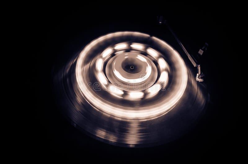 演奏与发光的抽象线概念的转盘乙烯基在黑暗的背景 选择聚焦 免版税库存照片