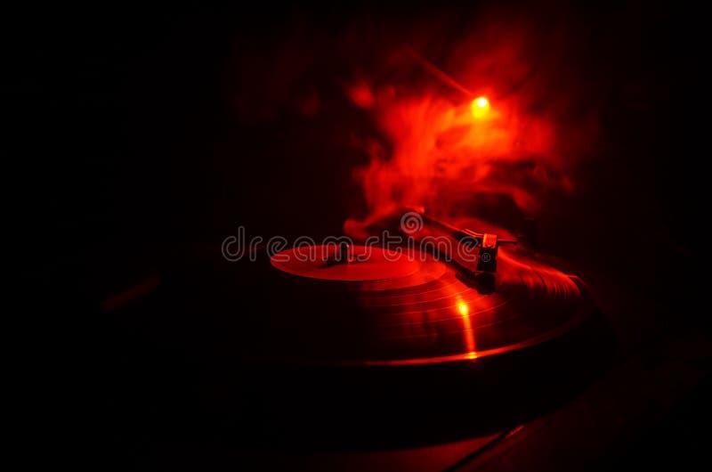 演奏与发光的抽象线概念的转盘乙烯基在黑暗的背景 选择聚焦 免版税库存图片