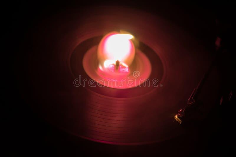 演奏与发光的抽象线概念的转盘乙烯基在黑暗的背景 免版税库存图片