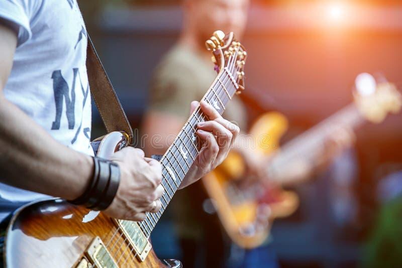 演奏与摇滚乐队的吉他弹奏者生活音乐会 免版税库存图片