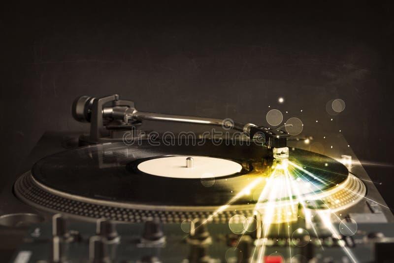 演奏与焕发的音乐播放器乙烯基排行来自针 图库摄影