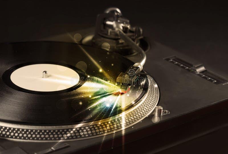 演奏与焕发的音乐播放器乙烯基排行来自需要 免版税库存图片