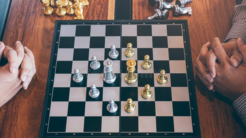 演奏与相反队的聪明的商人下棋比赛竞争,计划的事务战略对胜利的发展 库存图片