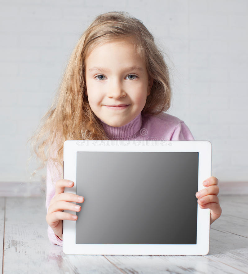 演奏个人计算机的女孩 免版税图库摄影