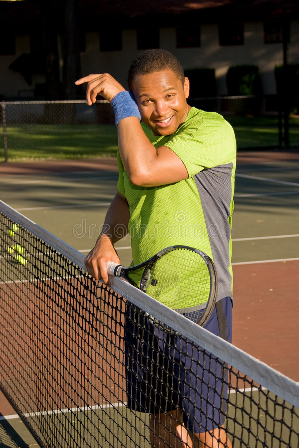 演奏休息的网球垂直的人 免版税库存图片