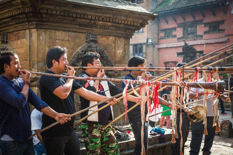 演奏传统音乐Insturments的人们在Bhag Bhairabh 库存照片
