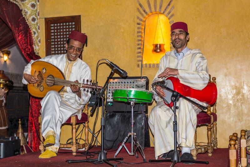演奏传统民间音乐的音乐家在马拉喀什,摩洛哥 免版税库存图片