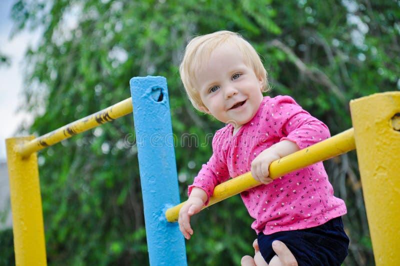 演奏体育的小坚强的女婴室外 有他的d的孩子 库存照片