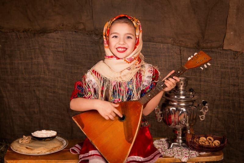 披肩的美丽的俄国女孩 免版税库存图片