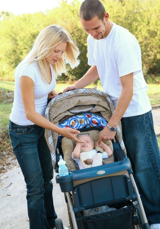 演奏儿子年轻人的婴孩白种人父项 免版税库存图片