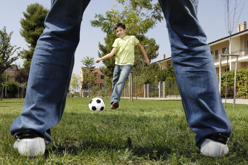 演奏儿子的父亲橄榄球 免版税库存照片