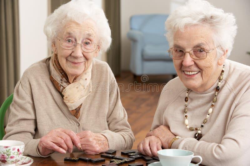 演奏前辈二妇女的Domino 免版税库存照片