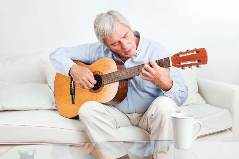 演奏前辈的吉他人 库存照片