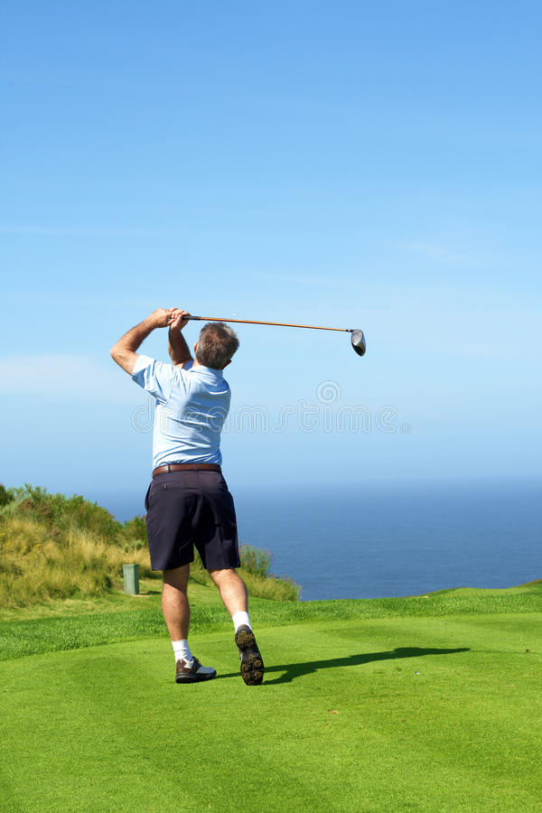 演奏前辈的高尔夫球高尔夫球运动员 图库摄影