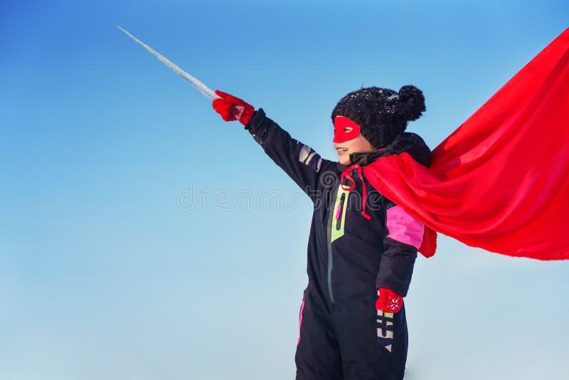 演奏力量特级英雄的滑稽的小女孩 图库摄影