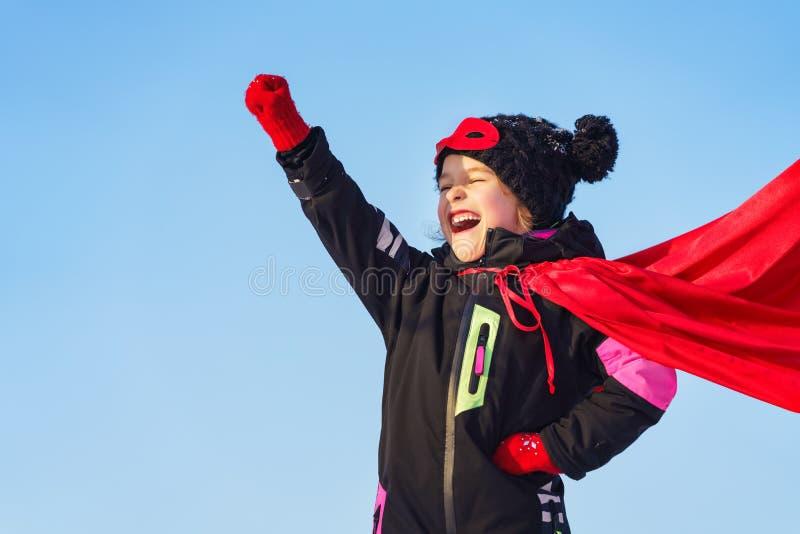 演奏力量特级英雄的滑稽的小女孩 免版税库存图片