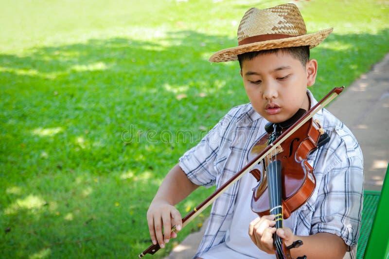 演奏古典音乐的男孩 免版税库存图片