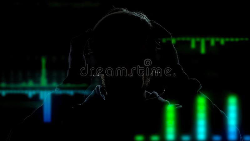 演奏和混合在调平器作用背景的耳机的节目播音员音乐 库存图片