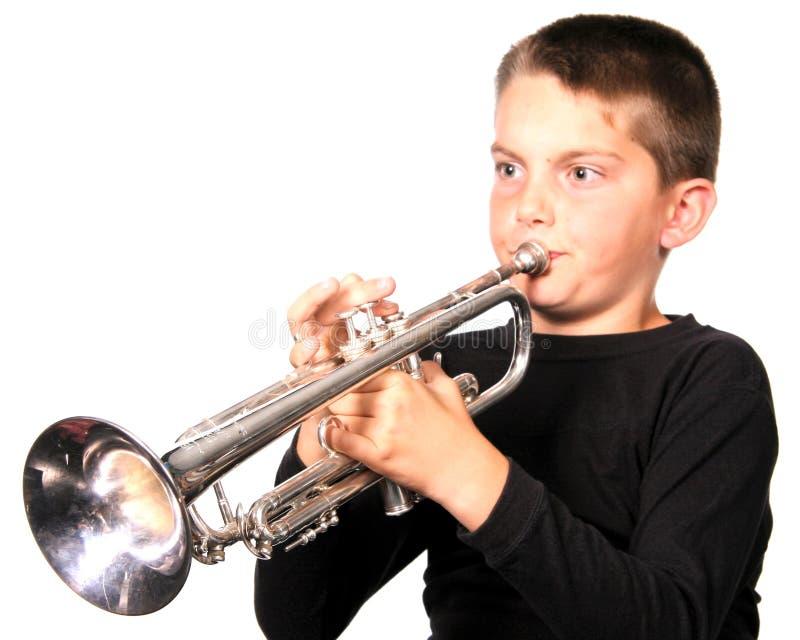 演奏喇叭青年时期 免版税图库摄影