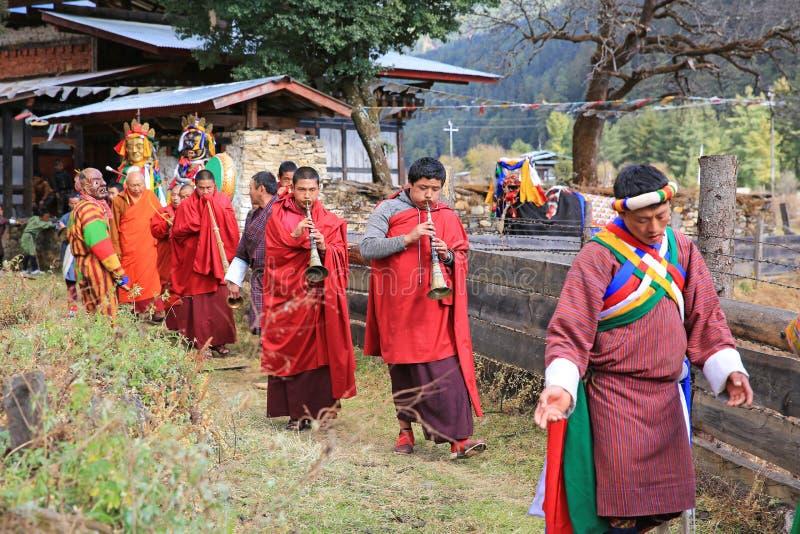 演奏在不丹` s牦牛节日的和尚垫铁 库存图片