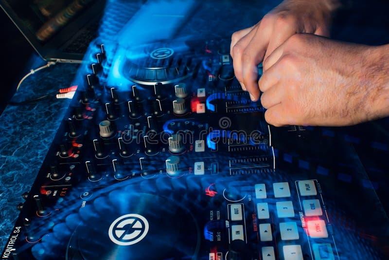 演奏在专业当代搅拌器的DJ音乐移动控制器 库存图片