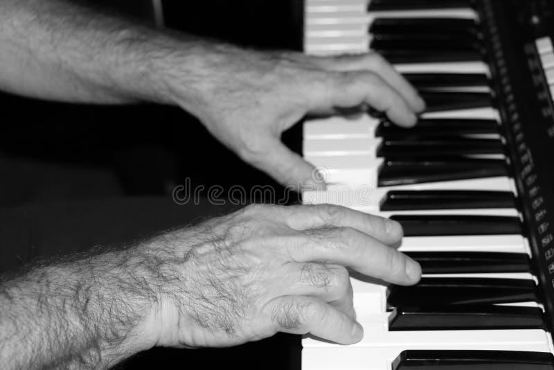 演奏在合成器的音乐音乐家的男性手 库存照片