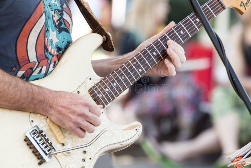 演奏在吉他的音乐家手乡村音乐 库存图片