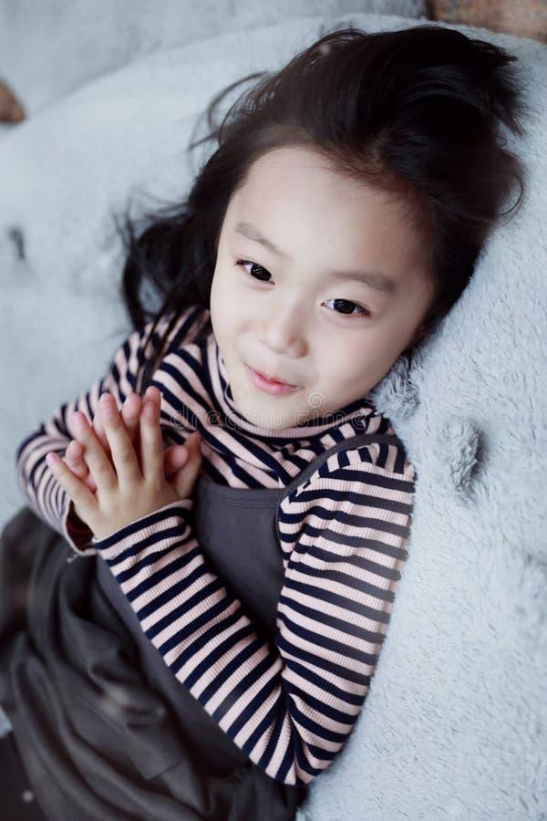 演奏在操场的美丽的快乐的小女孩游乐场 免版税库存照片