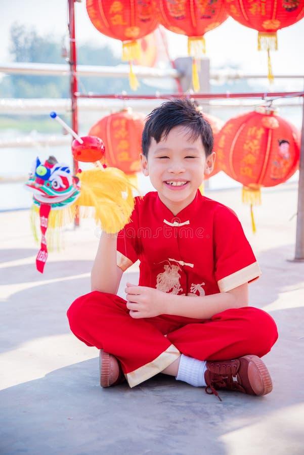 演奏在春节节日的男孩狮子木偶 库存照片