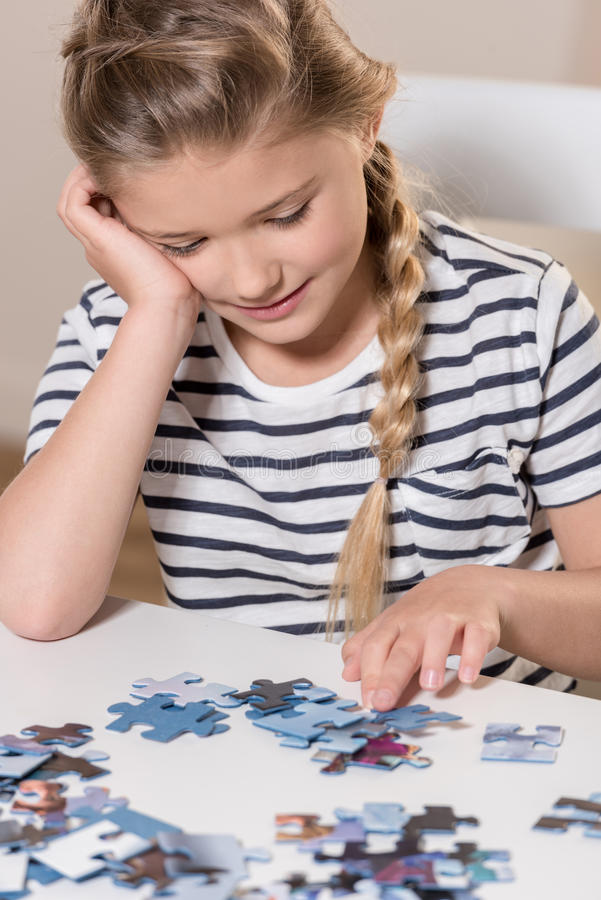 演奏在桌上的女孩难题 图库摄影