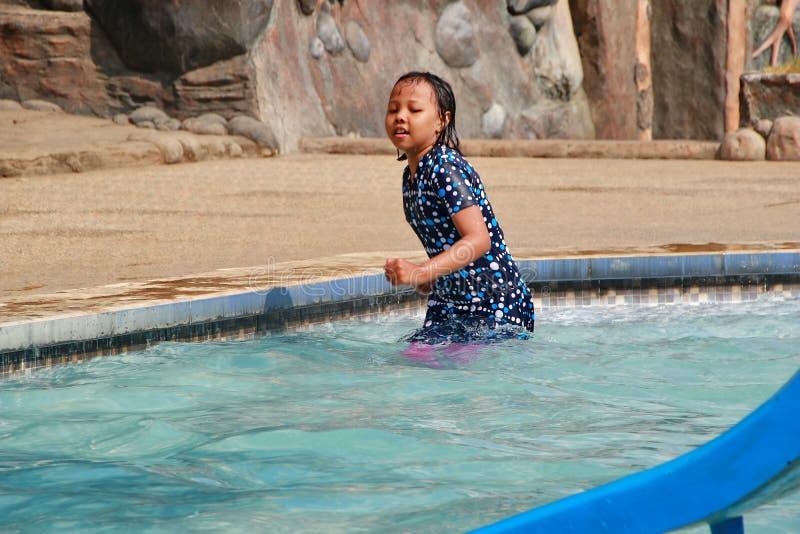 演奏在水池的女孩水 免版税库存图片