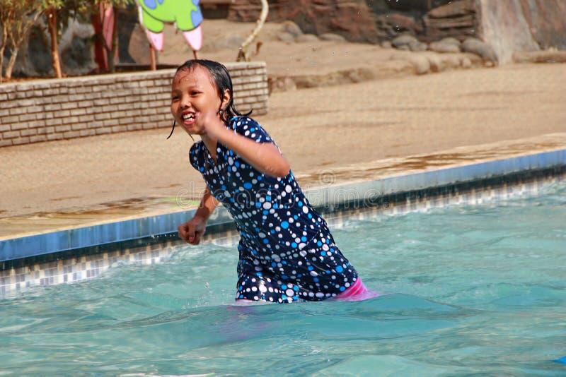 演奏在水池的女孩水 库存照片