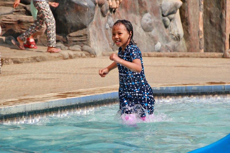演奏在水池的女孩水 图库摄影