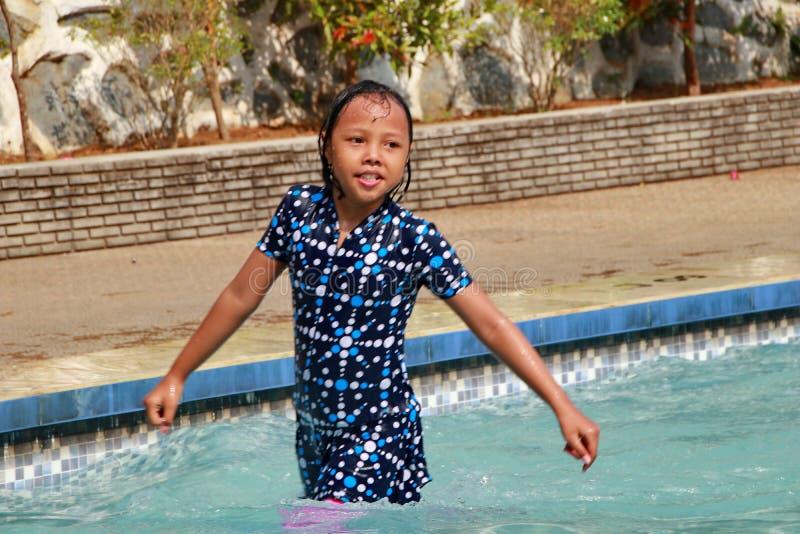 演奏在水池的女孩水 库存图片