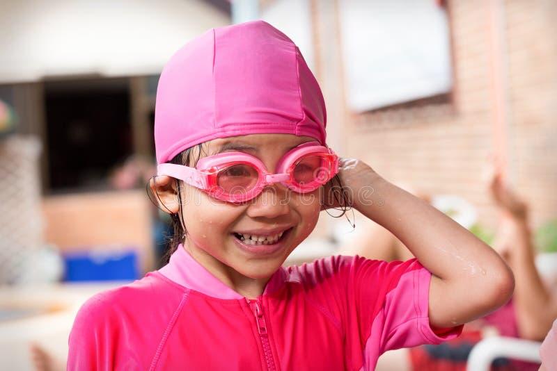 演奏在水池的快乐的小女孩水 库存图片
