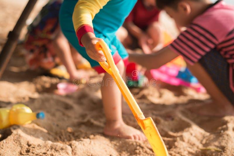 演奏在海滩夏时的ittle男孩沙子 免版税库存图片