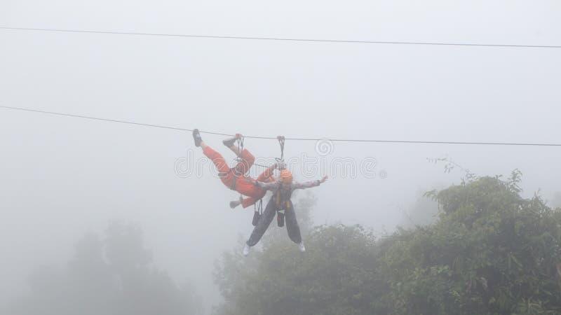 演奏在薄雾的女孩zipline 库存照片