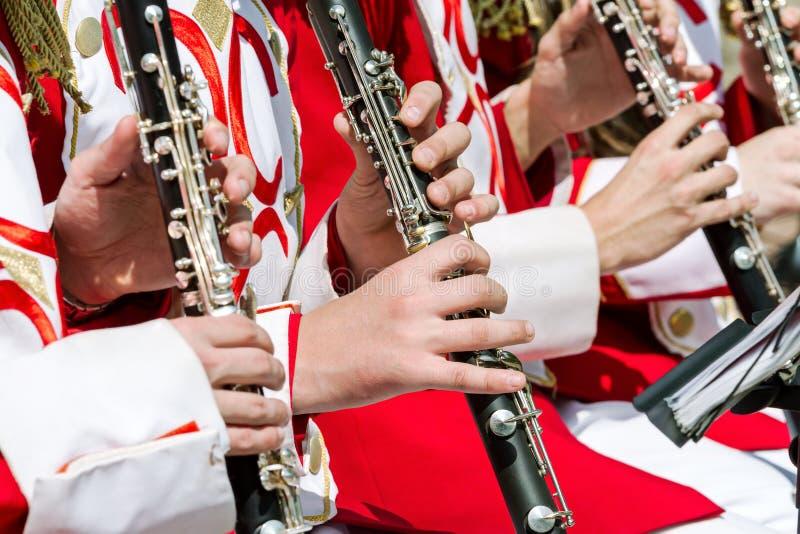 演奏在街道乐队的年轻音乐家单簧管 库存照片