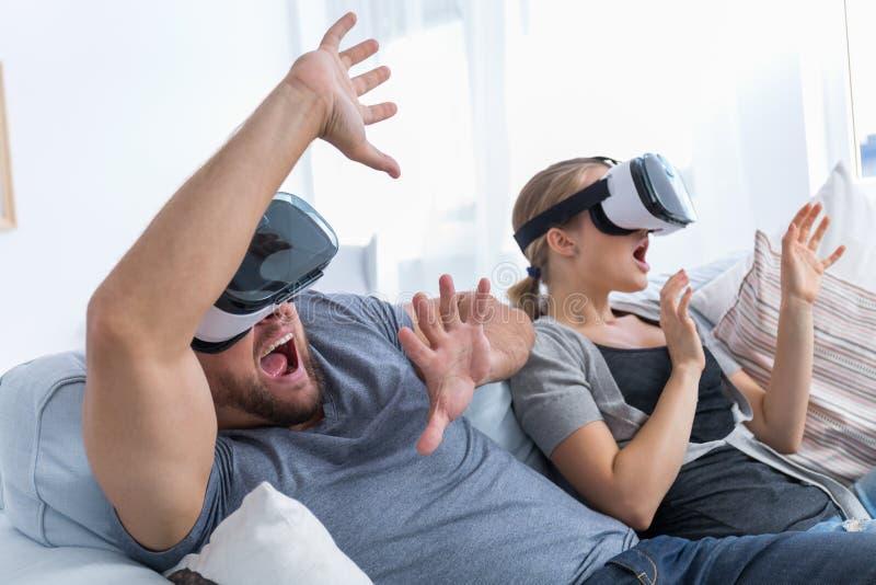 演奏在VR玻璃的夫妇计算机游戏 库存照片
