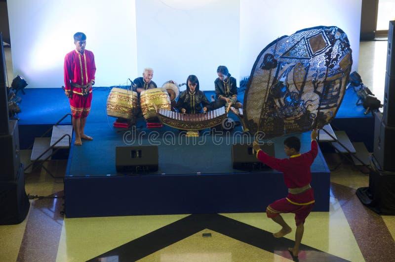 演奏大木偶的男演员和女演员泰国人遮蔽泰国加州 免版税库存照片