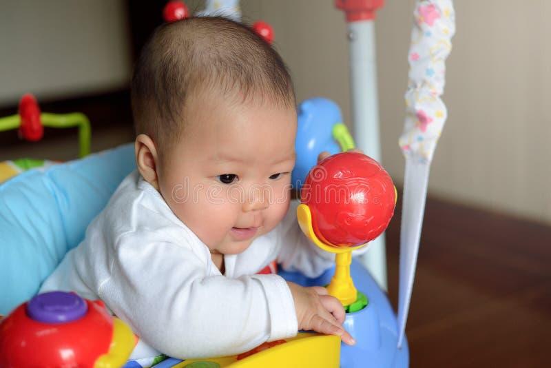 演奏套头衫玩具的亚裔女孩婴孩 图库摄影