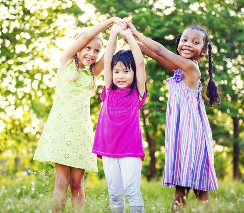 演奏女孩统一性幸福休闲概念的孩子 免版税库存照片