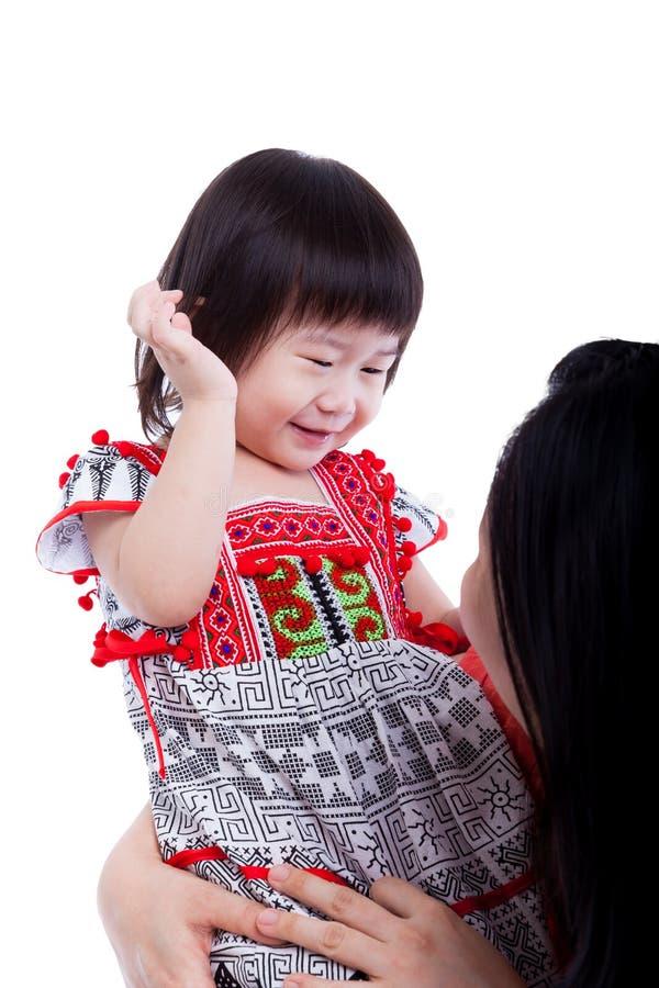 演奏她可爱的矮小的女儿,白色的亚裔母亲 stu 免版税库存图片