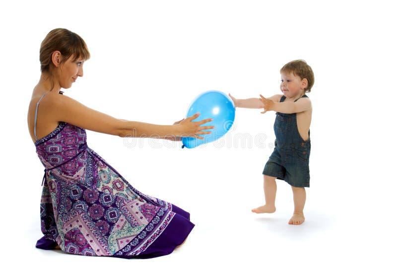 演奏妇女年轻人的男婴 免版税库存照片